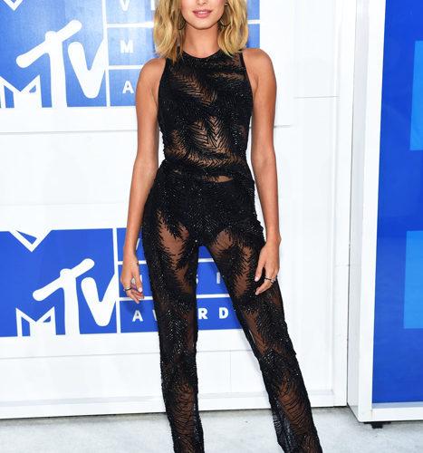 Hailey Baldwin-červený koberec MTV Video Music 2016
