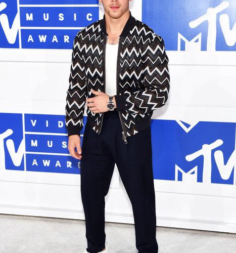 Nick-Jonas-červený koberec MTV Video Music 2016